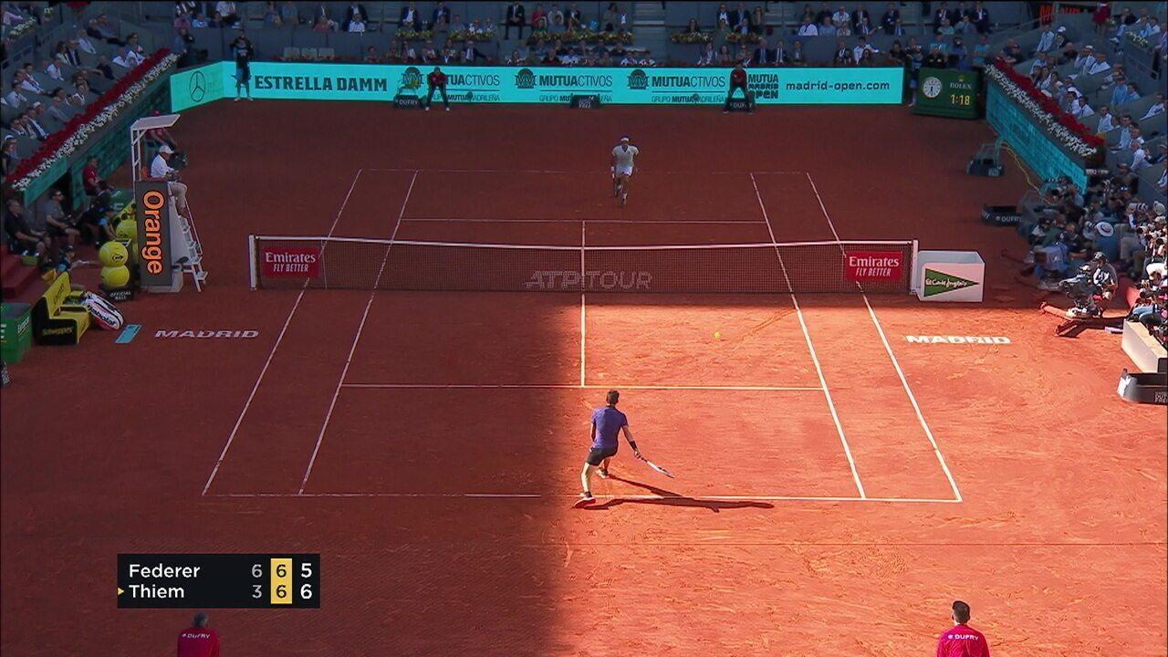 Federer acha uma largadinha incrível e salva o set point