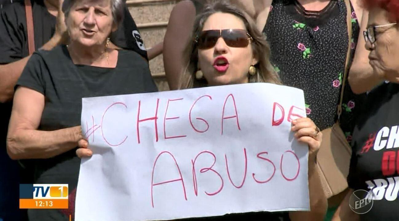 Moradores e fiéis protestam contra padre Leandro e pedem afastamento do bispo, Dom Vilson