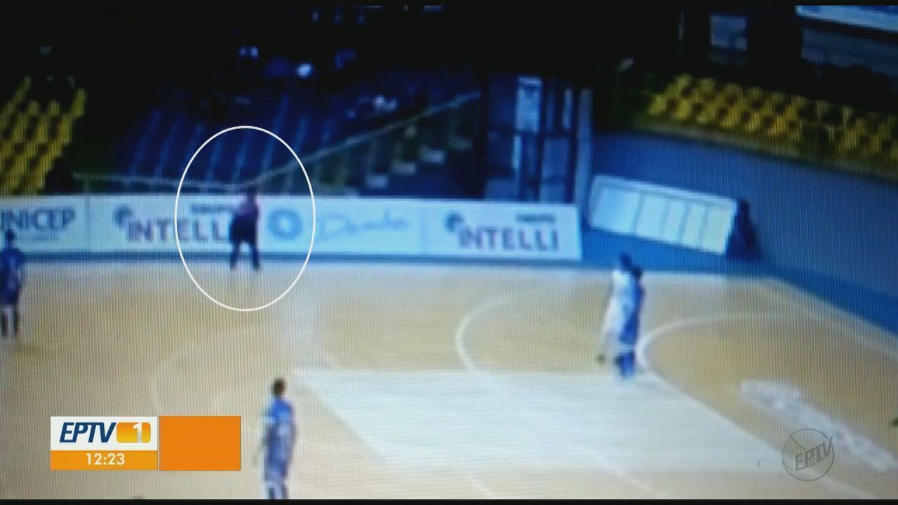 Vídeos mostram desmaio e socorro de árbitro que morreu após mal súbito em São Carlos