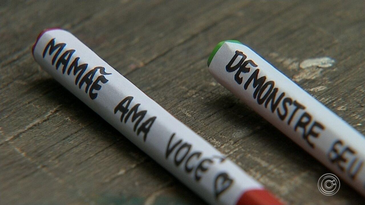Mãe escreve frases nos lápis de cor da filha para incentivá-la na escola em Jundiaí