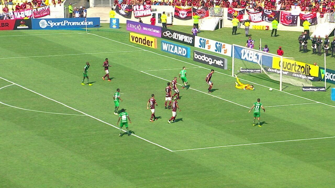 Elicarlos chuta da entrada da área, Rildo desvia no meio do caminho, e Digo Alves faz bela defesa, aos 37' do 2º tempo