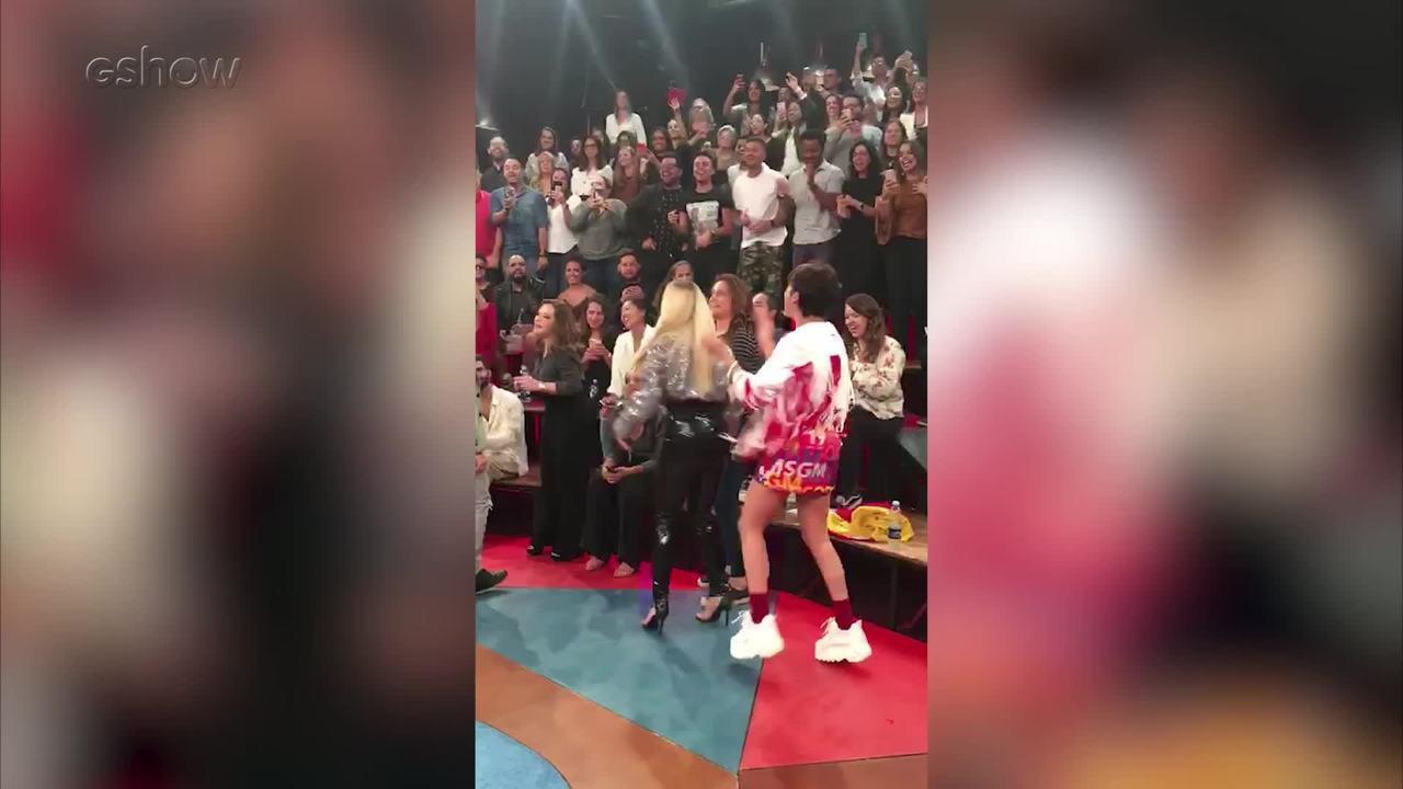"""Fernanda Gentil puxa coro de """"Eu Quero Mais Que Alegria"""" nos bastidores"""