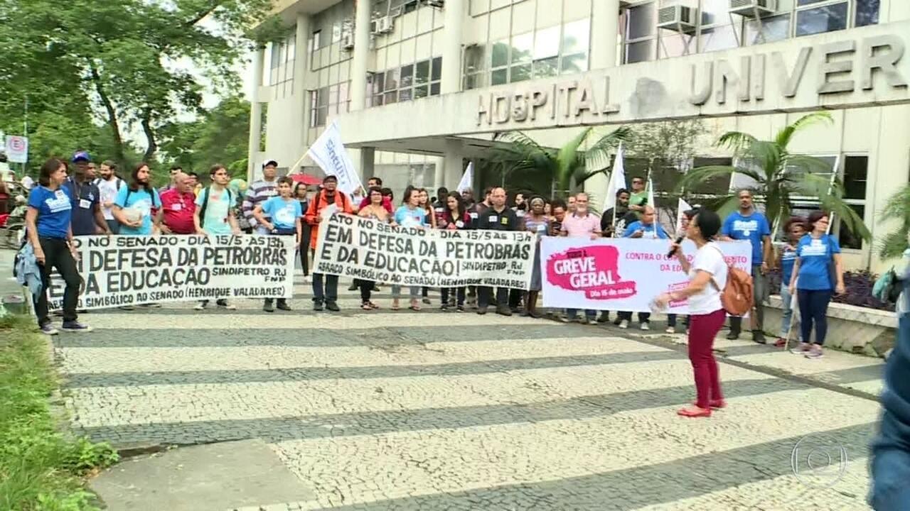 Estudantes fazem protesto em frente ao Hospital do Fundão contra bloqueios na Educação