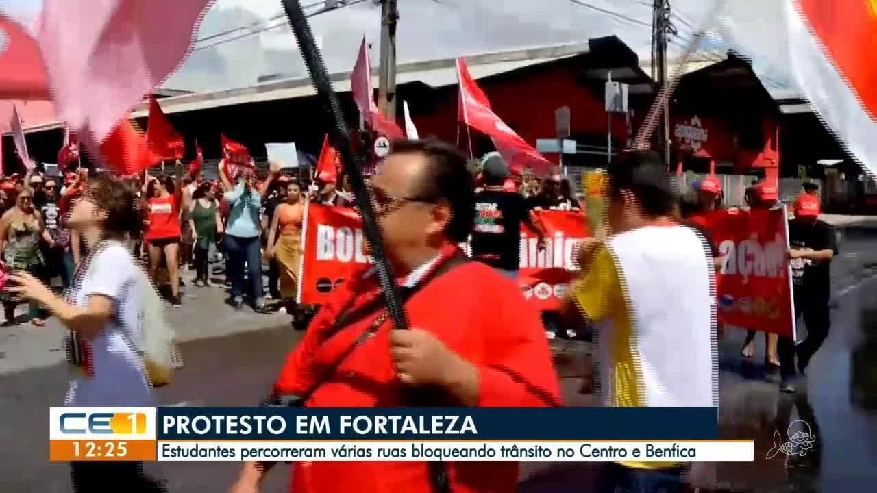 Professores e estudantes protestam contra cortes de verba na educação
