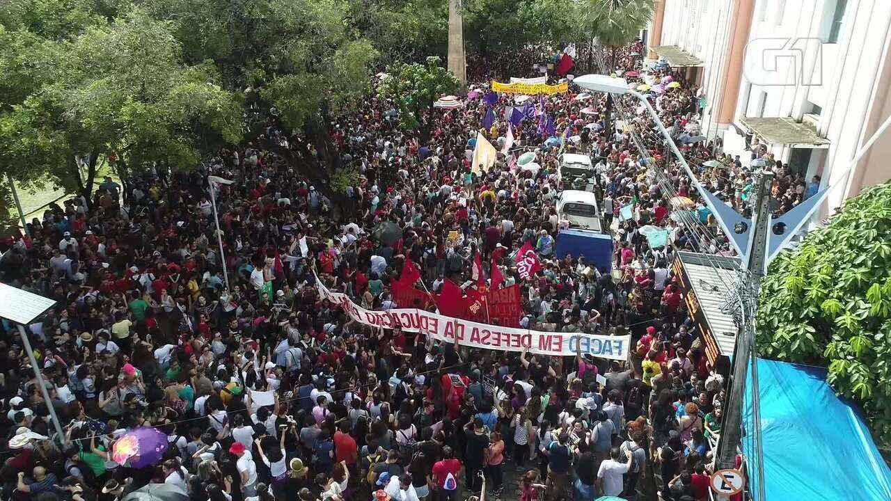 Imagens aéreas mostram protesto em Fortaleza contra corte na educação