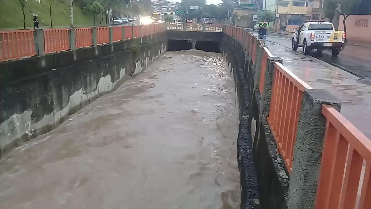 Nível do Córrego Vilarinho continua alto quase uma hora após a chuva forte - Lucas Franco/Globo