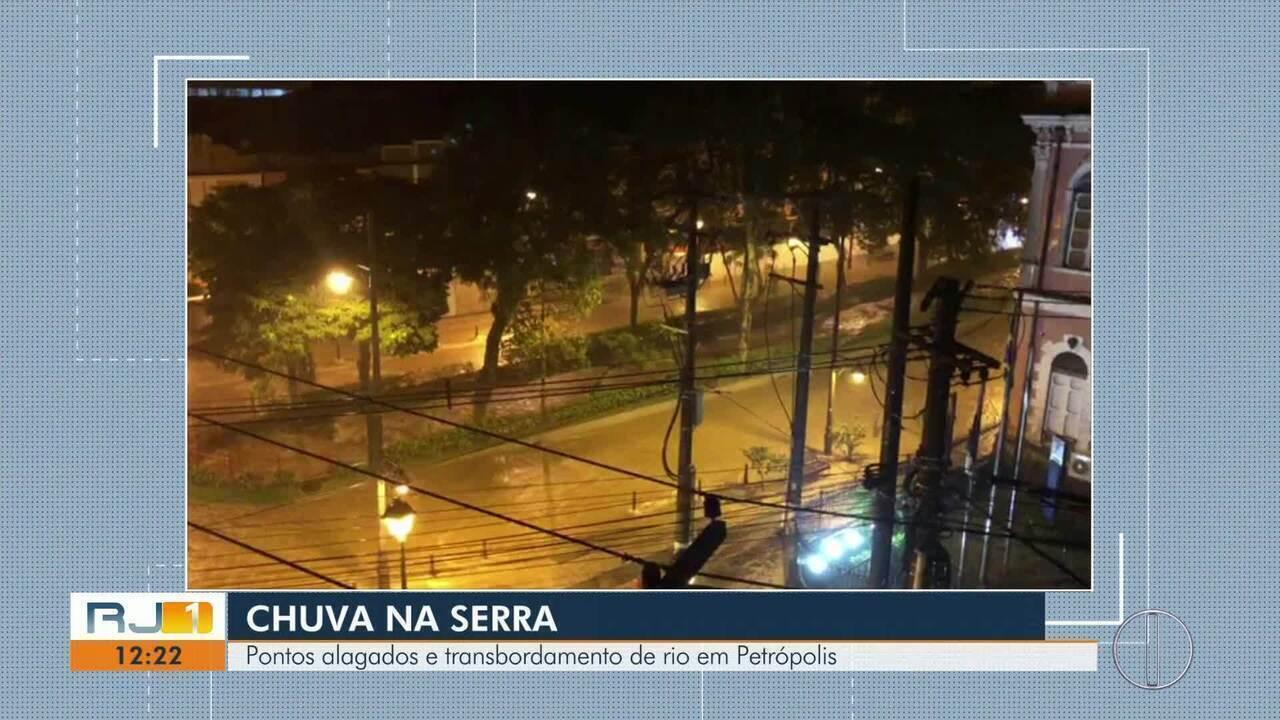 Chuva deixa pontos alagados e causa transbordamento do Rio Quitandinha