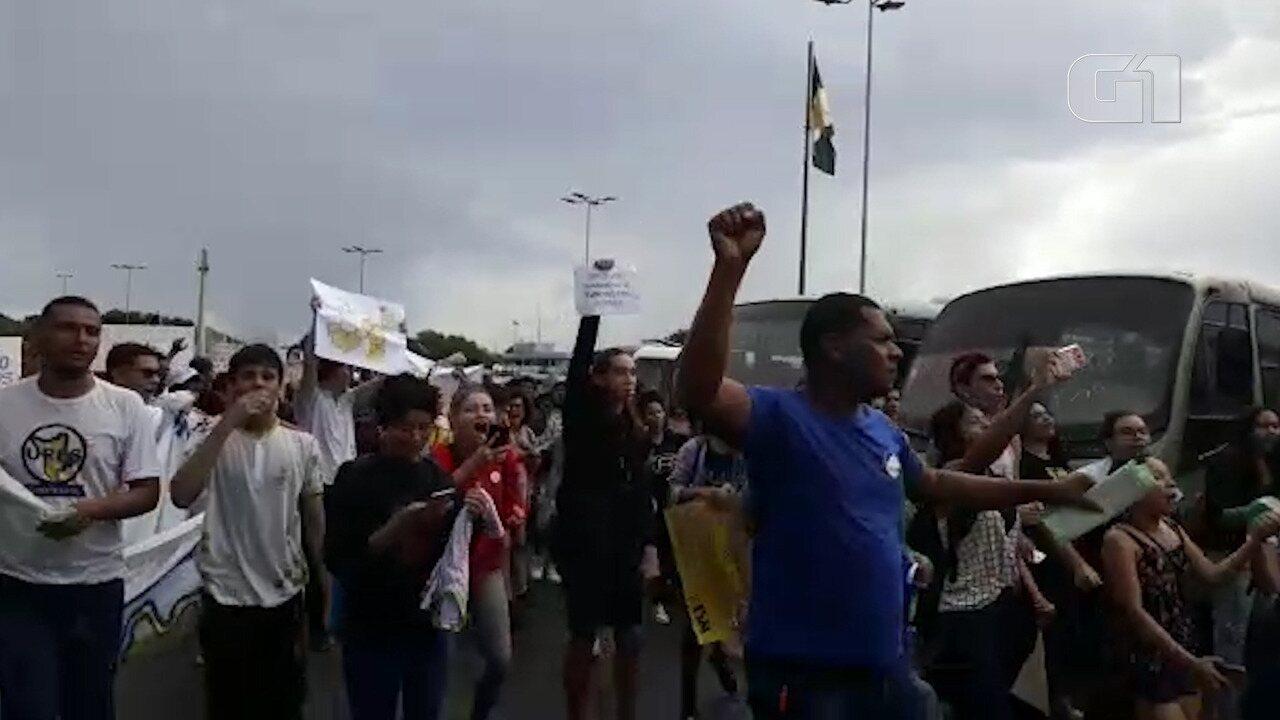 Acadêmicos e professores fazem manifestação pelas ruas de Boa Vista contra corte de verbas