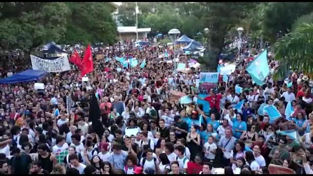 Manifestantes vãs às ruas na Zona da Mata e Vertentes contra bloqueio de verba da educação