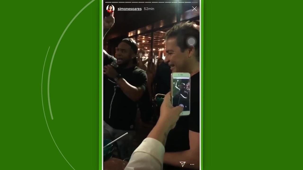 Carlos Alberto canta música de torcida do Flamengo