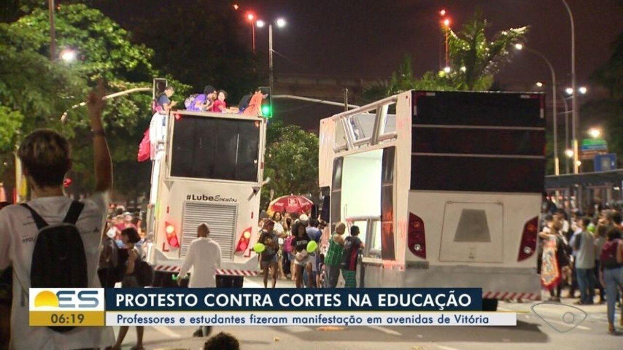 Manifestantes protestam em Vitória contra bloqueio de recursos para a educação