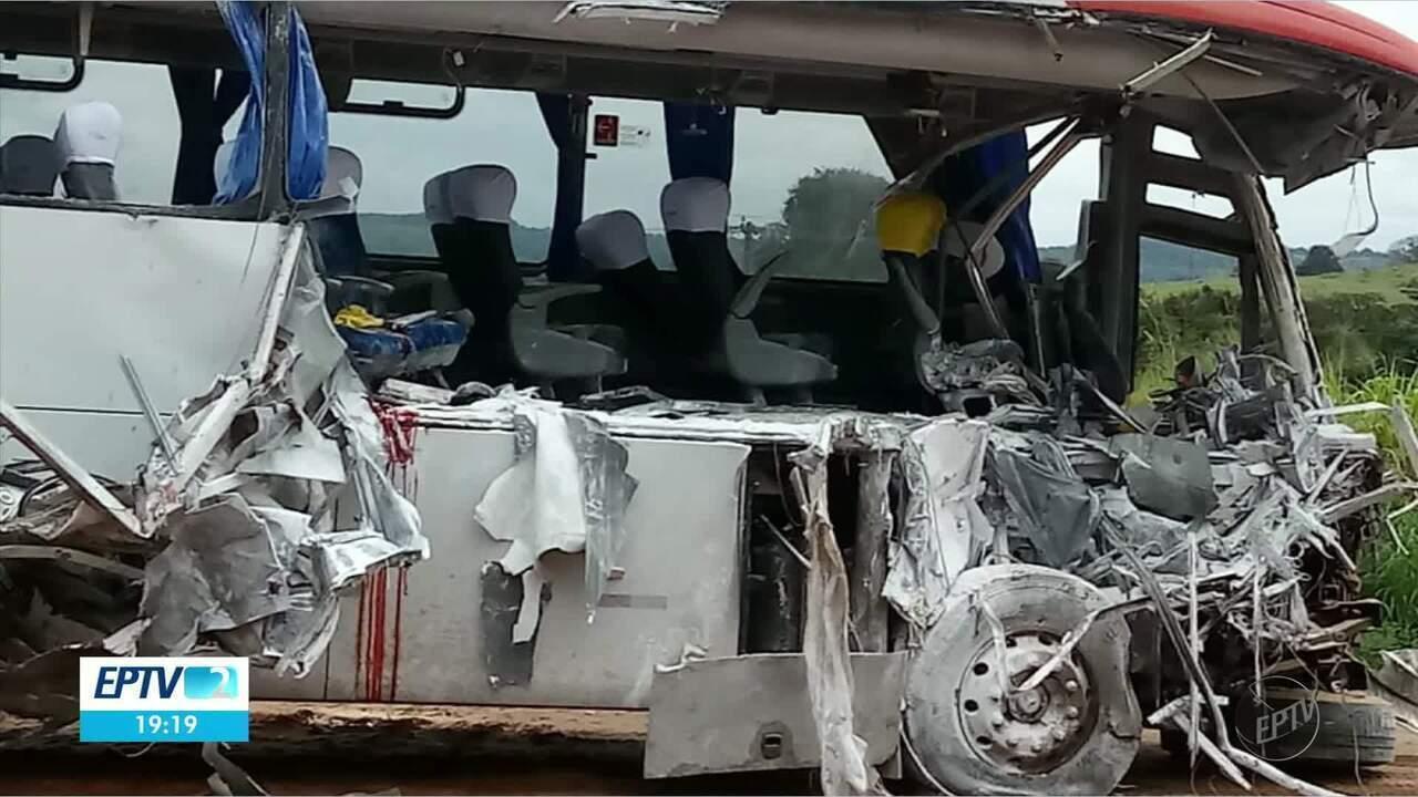 Batida entre ônibus e caminhão deixa mortos na BR-354, em Campo Belo, MG