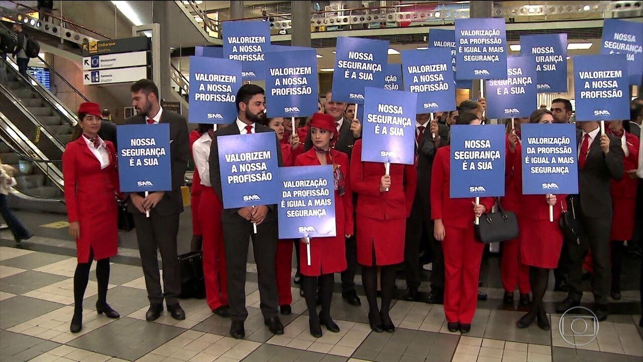 Pilotos e comissários de bordo da Avianca entram em greve e voos são cancelados