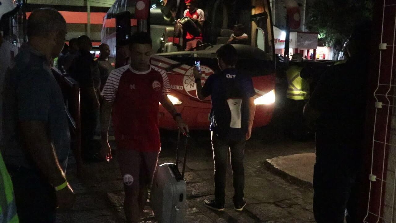 Luiz Henrique desce do ônibus do Náutico com som