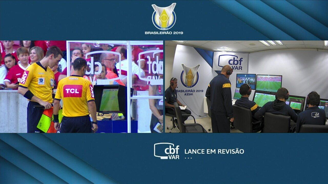 Não valeu! Árbitro consulta o VAR e anula gol de Victor Cuesta para o Internacional