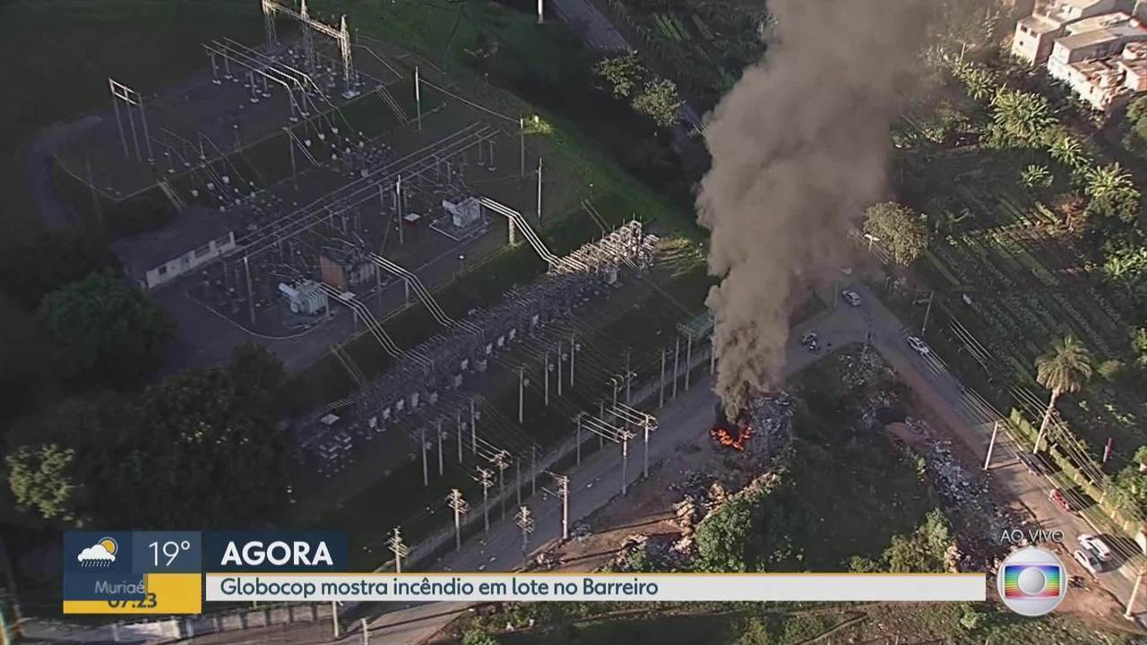Fogo em amontoado de lixo no Barreiro causa grande cortina de fumaça em Belo Horizonte