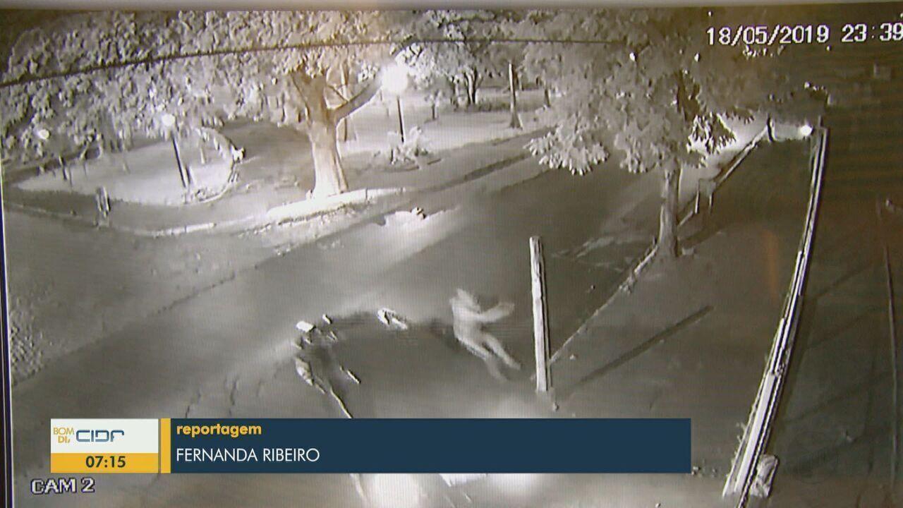 Homem é preso após atropelar e arrastar namorada por 50 metros em Vargem Grande do Sul
