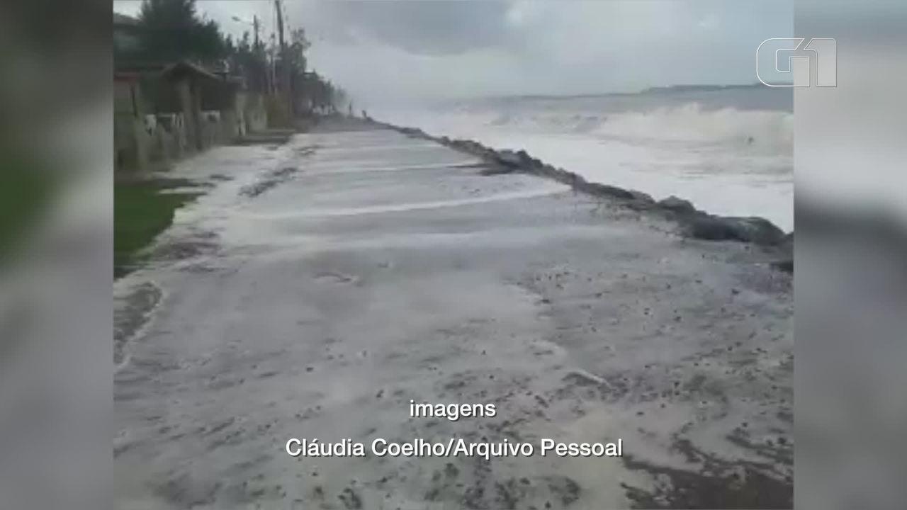 Mar avança na Praia de Abricó, em Rio das Ostras, no RJ