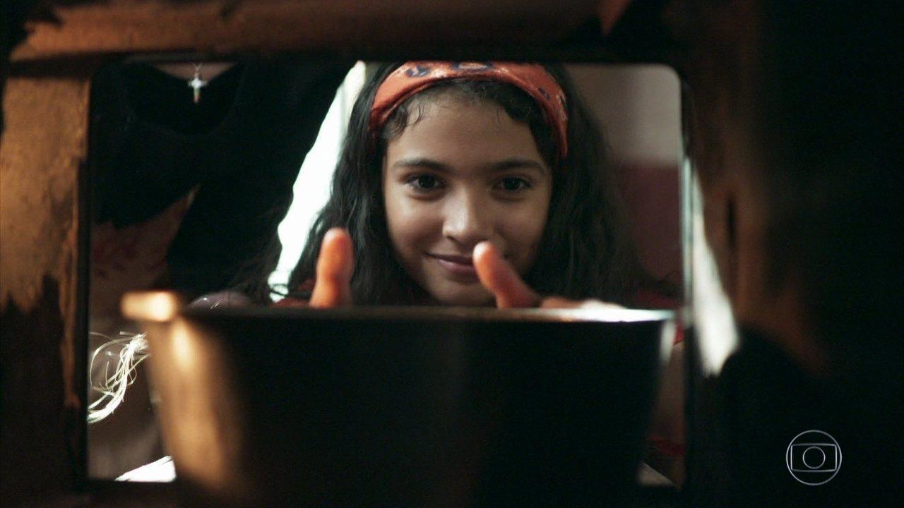 Maria da Paz (Juliana Paes) ajuda Dulce (Fernanda Montenegro) a fazer um bolo