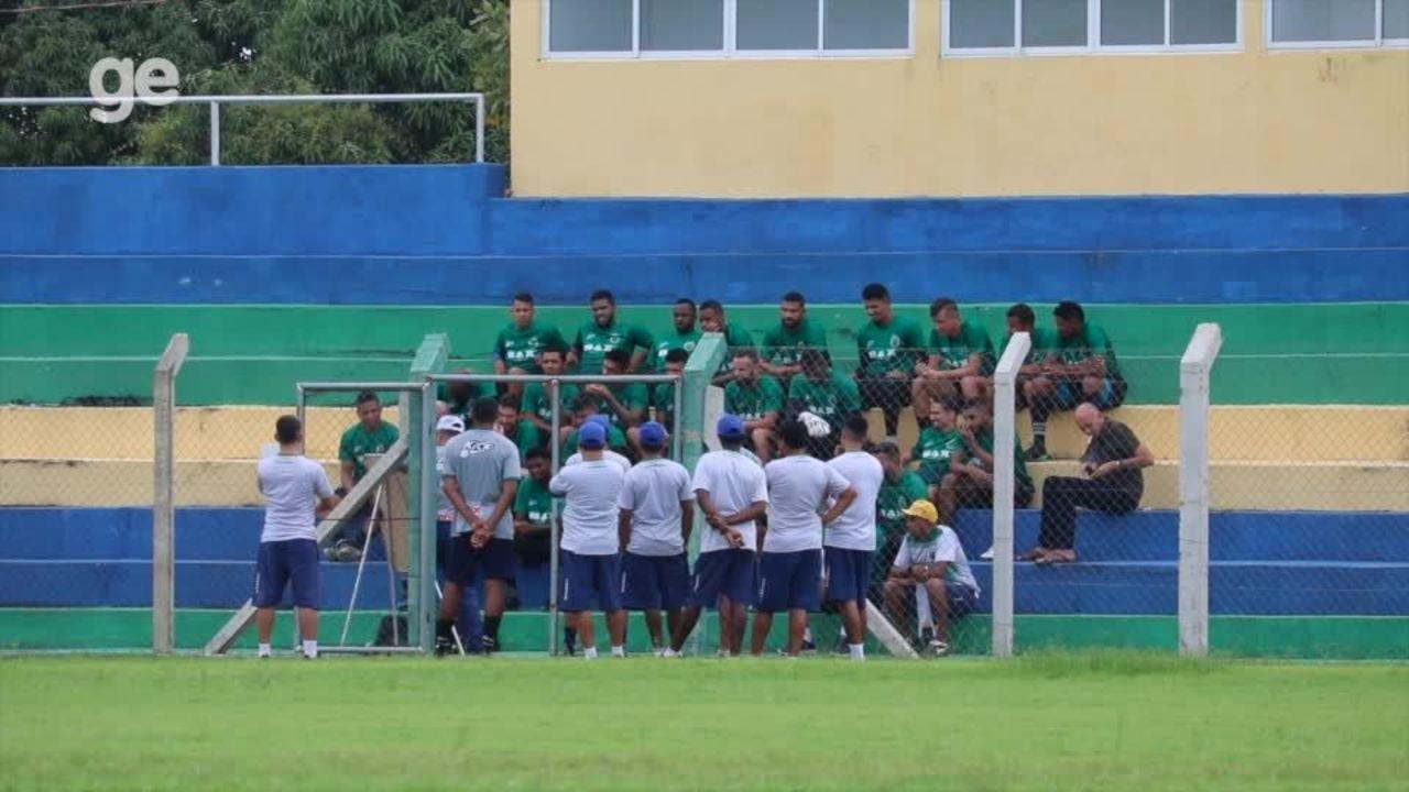 Técnico Leandro Campos conversa com jogadores