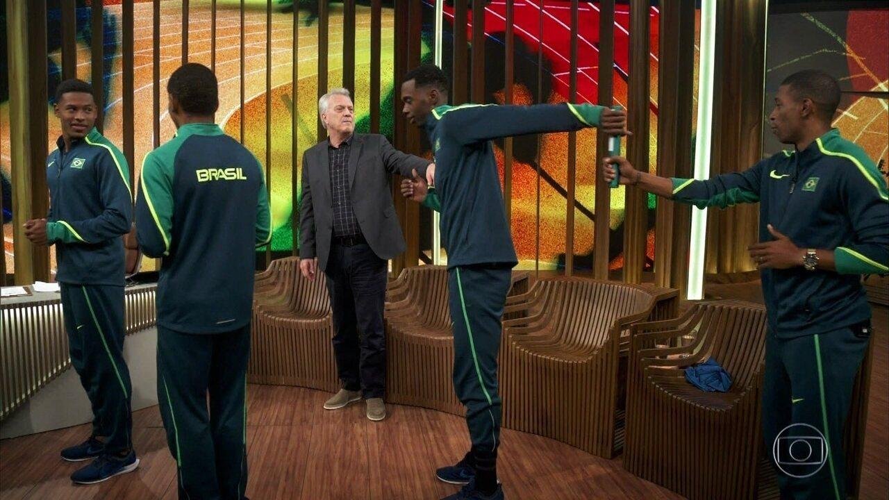 Atletas ensinam Pedro Bial a passar bastão de revezamento