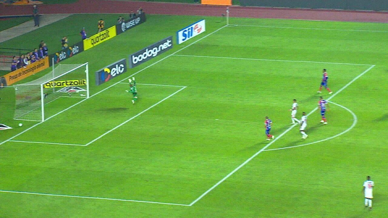 Alexandre Pato ganha posse de bola e chuta forte, mas bola passa raspando a trave, aos 13' do 2º tempo