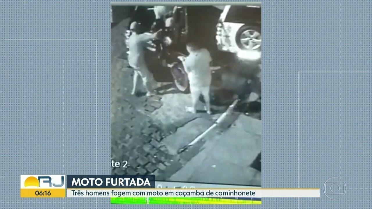 Flagrante de furto em Santa Teresa: três homens botam moto em caminhonete