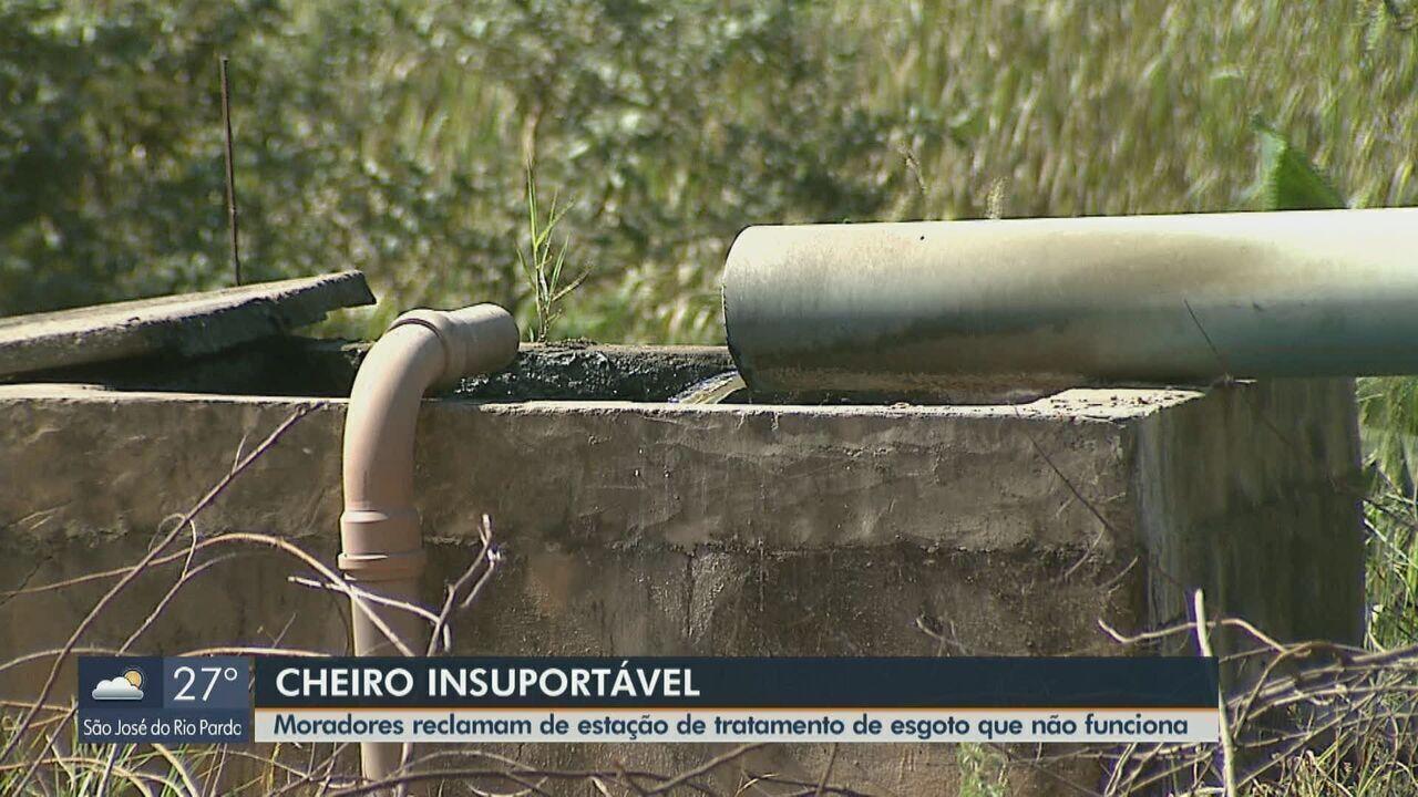Moradores de São José do Rio Pardo reclamam do mau cheiro do esgoto