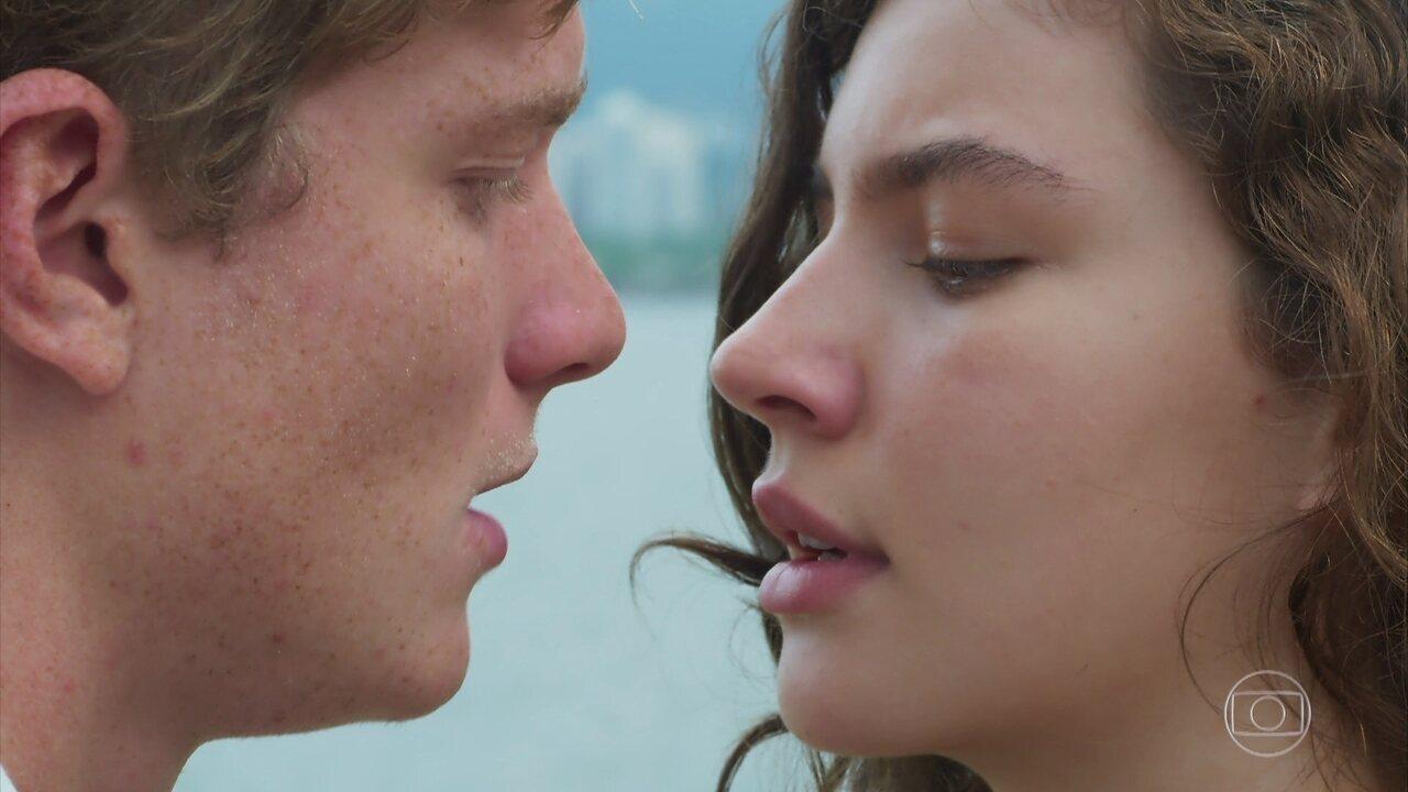 Filipe e Rita se beijam