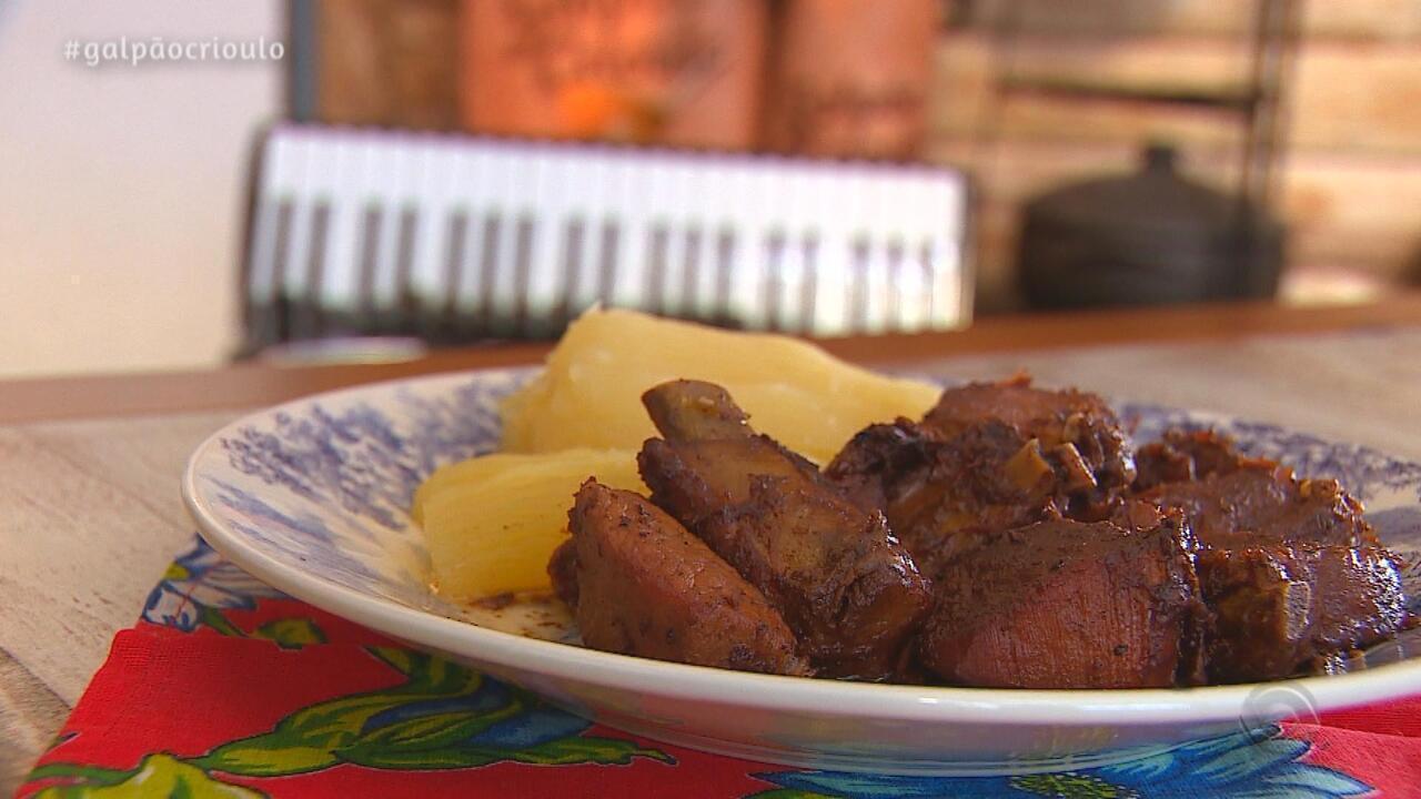 Samuca do Acordeon prepara Costela de Porco com Aipim no Cozinha de Galpão