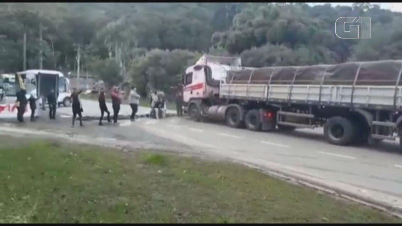 Caminhão ultrapassa bloqueio e deixa três feridos durante manifestação em SP