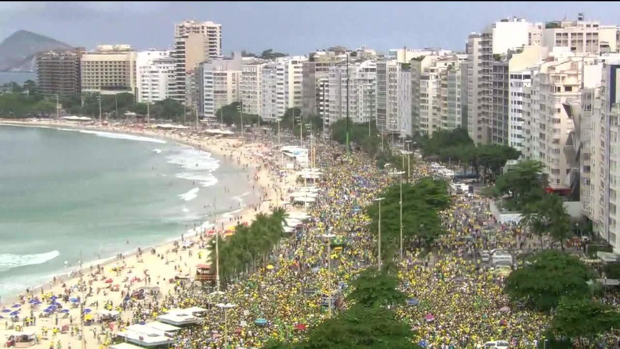 Manifestantes se reúnemorla de Copacabana em apoio ao presidente Jair Bolsonaro