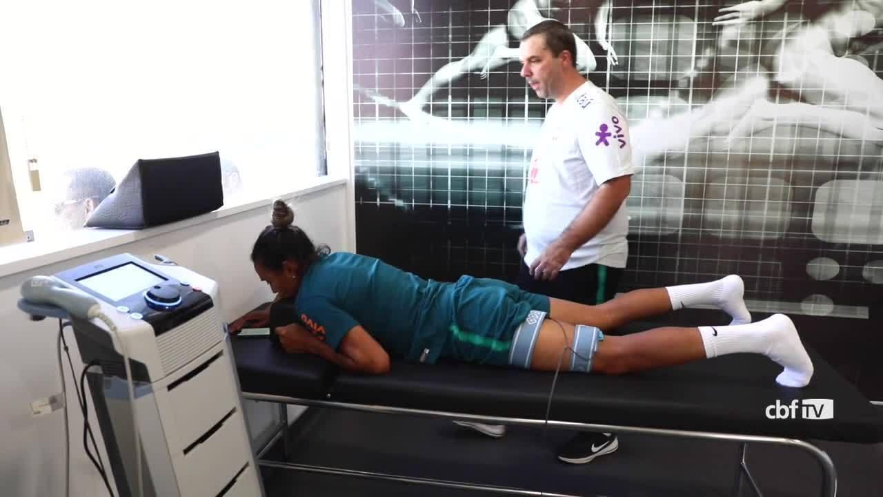 Marta faz fisioterapia em mais um dia de treinos da seleção feminina