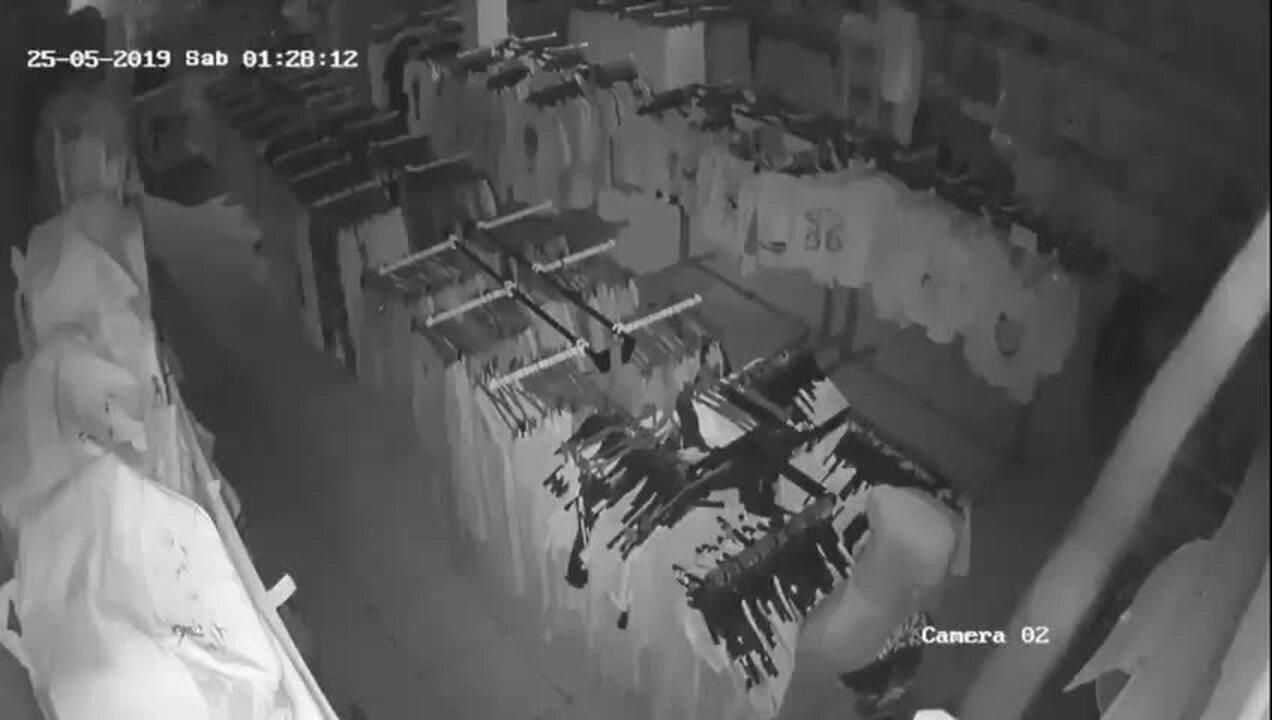 Câmera interna mostra ação de bandidos em loja no Bairro Shopping Park em Uberlândia
