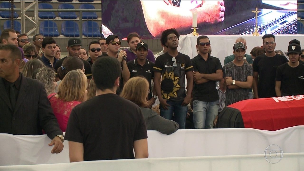 Enterro do cantor Gabriel Diniz é marcado por emoção em João Pessoa