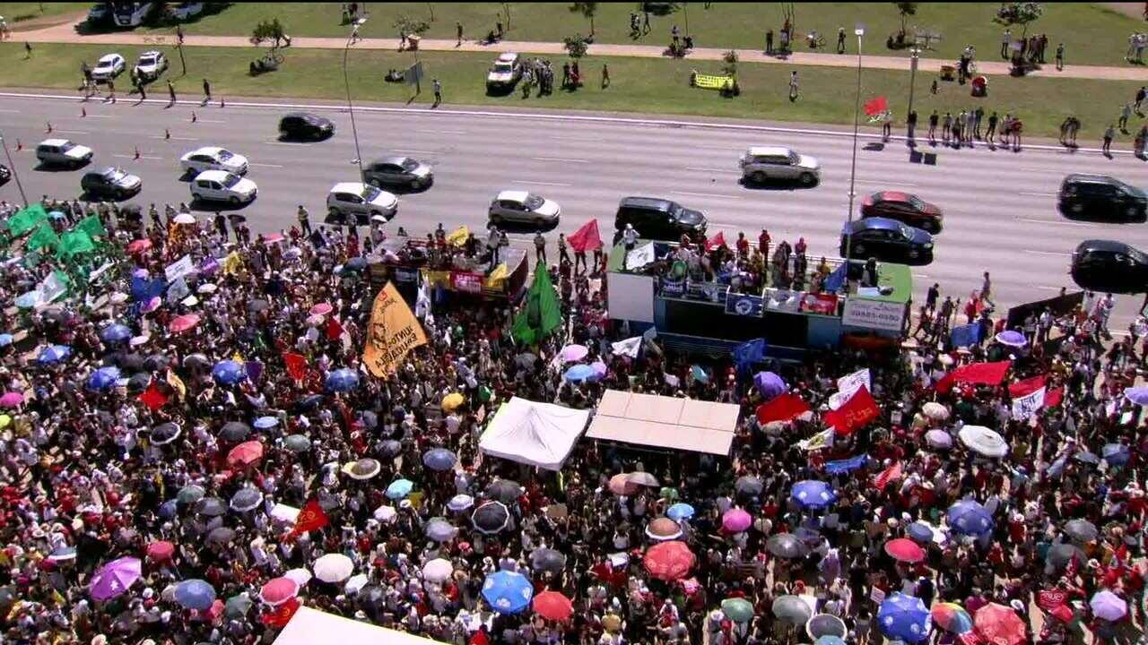 Manifestantes fazem protesto contra os cortes na Educação