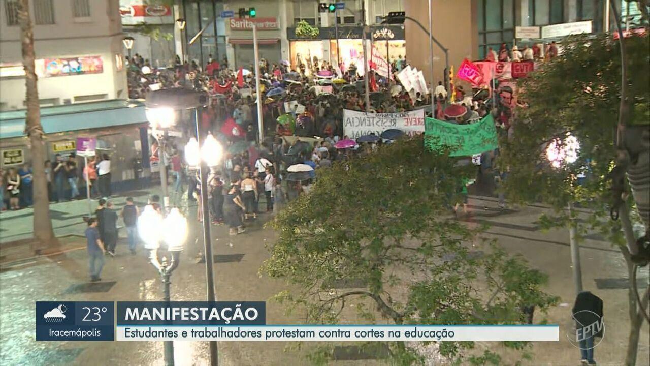 Manifestantes protestam em Campinas contra cortes de verbas na Educação