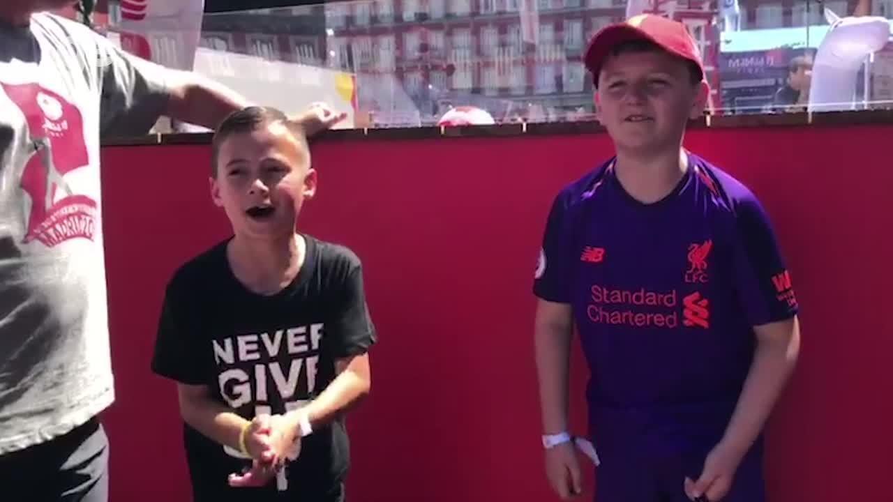 Fãs do Liverpool, meninos roubam a cena em Madri e rasgam elogios a Alisson