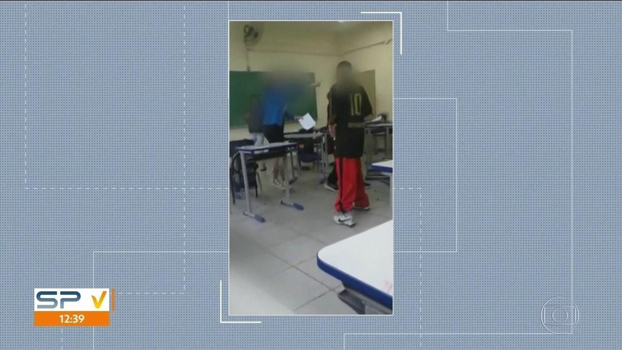 Secretaria de Educação promete punir alunos que aparecer agredindo professora em vídeo
