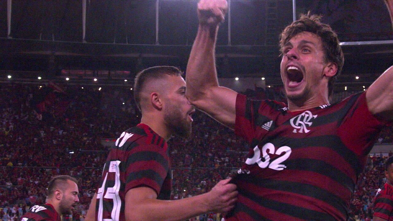 Rodrigo Caio manda para o fundo das redes, VAR é consultado e árbitro dá gol, aos 42' do 2º tempo