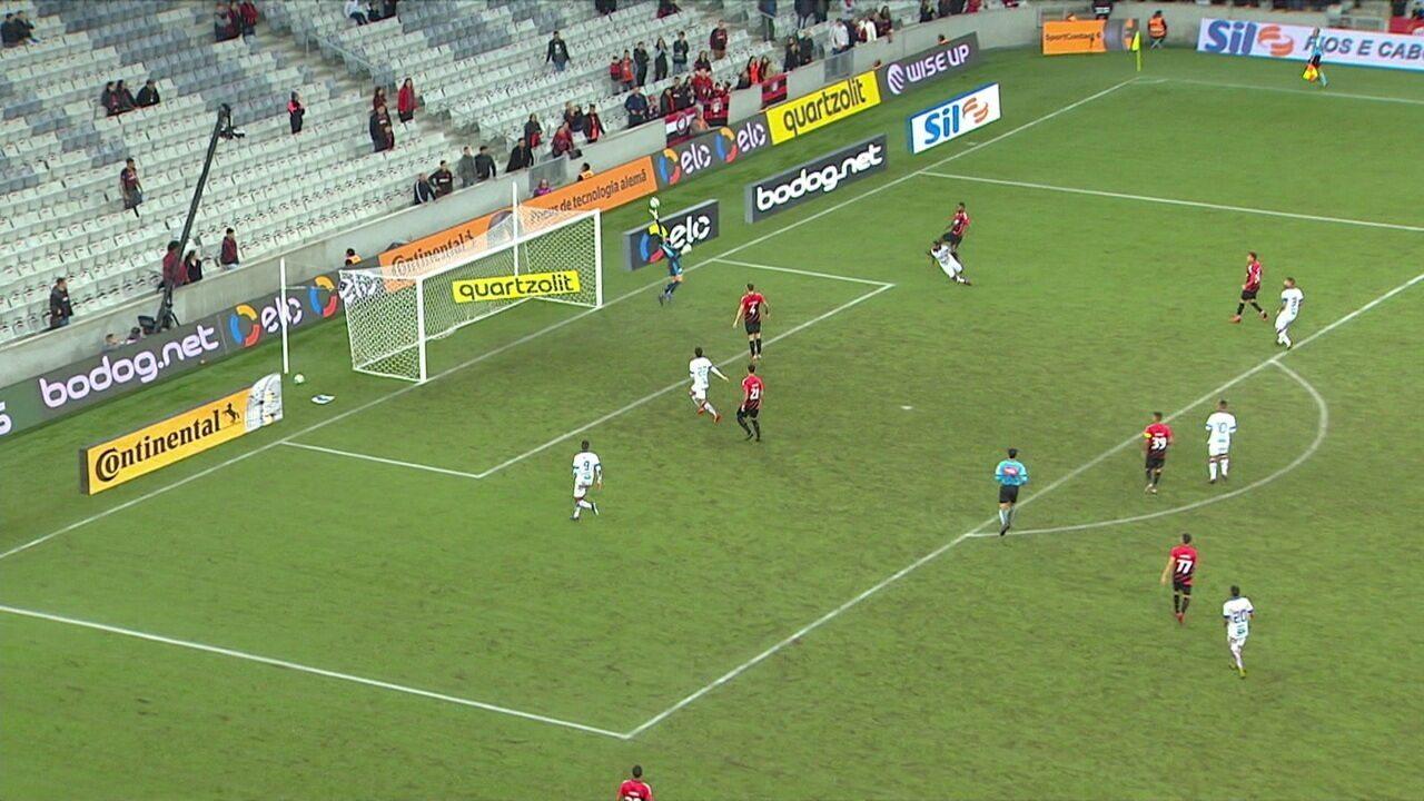 Felipe cruza na área e Tinga manda uma cabeçada no gol. Santos faz uma grande defesa, aos 48' do 2º tempo