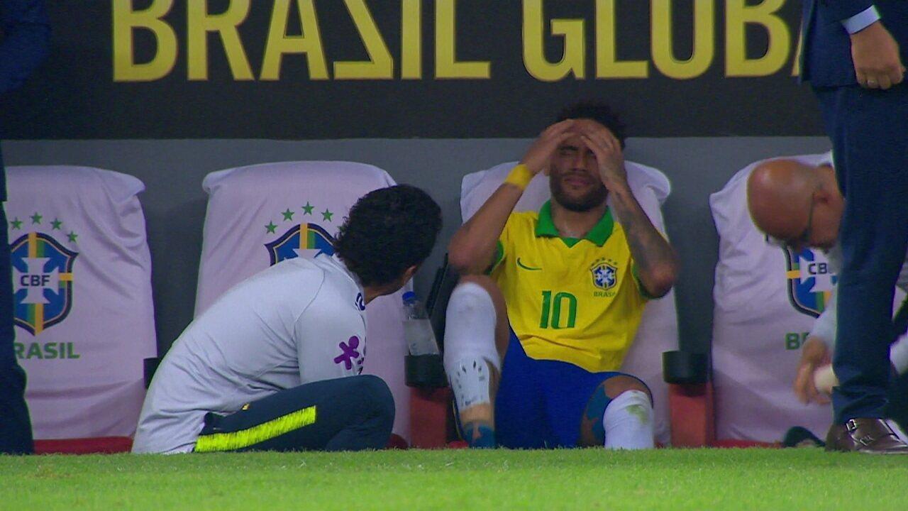 Neymar chora de dor e deixa o gramado com gelo no pé direito, aos 19' do 1º tempo