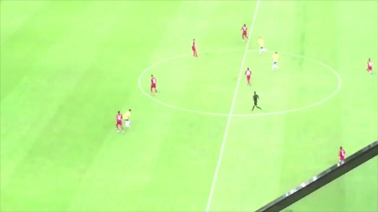 Neymar se agacha, manca e pede para não receber a bola