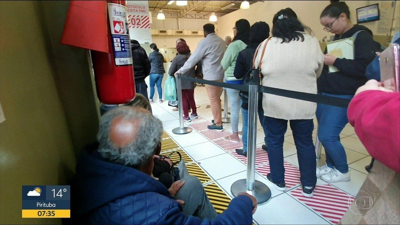 Pessoas fazem fila para conseguir remédios de alto custo em SP
