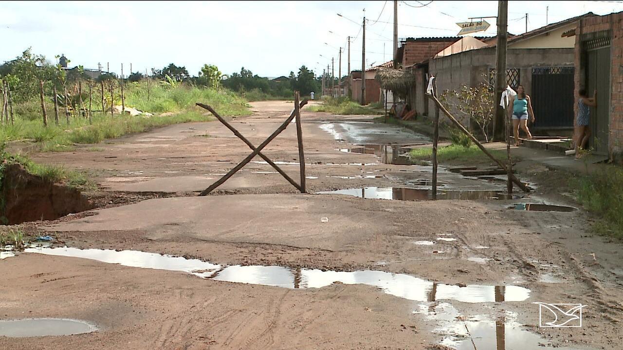 Cratera em rua ameaça casas em bairro de São Luís