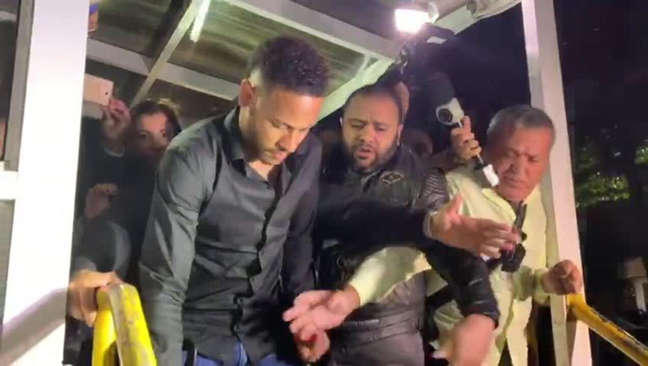Neymar chega à delegacia para prestar depoimento