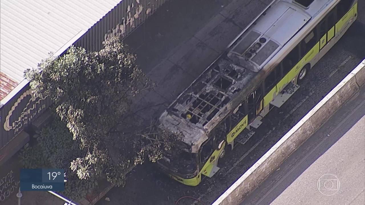 Ônibus pega fogo na Avenida Cristiano Machado em BH