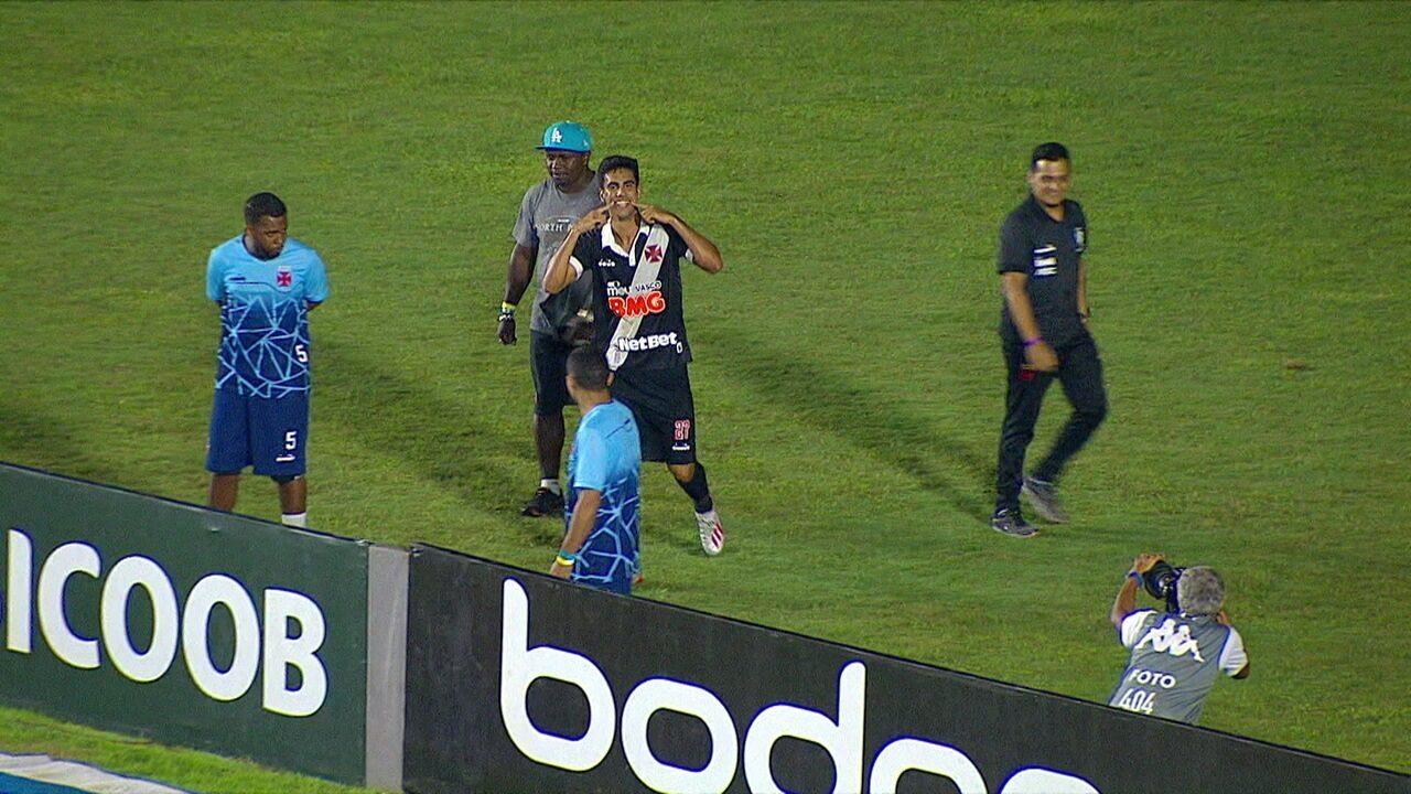 Gol do Vasco! Danilo Barcelos bate falta na trave, Tiago Reis cabeceia na sobra e amplia aos 47 do 1º tempo