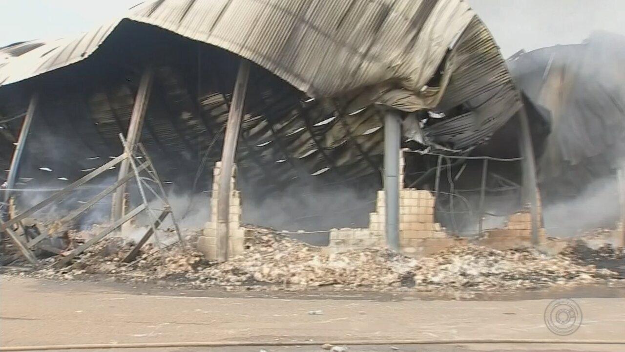 Incêndio destrói barracão de fábrica em Araçatuba