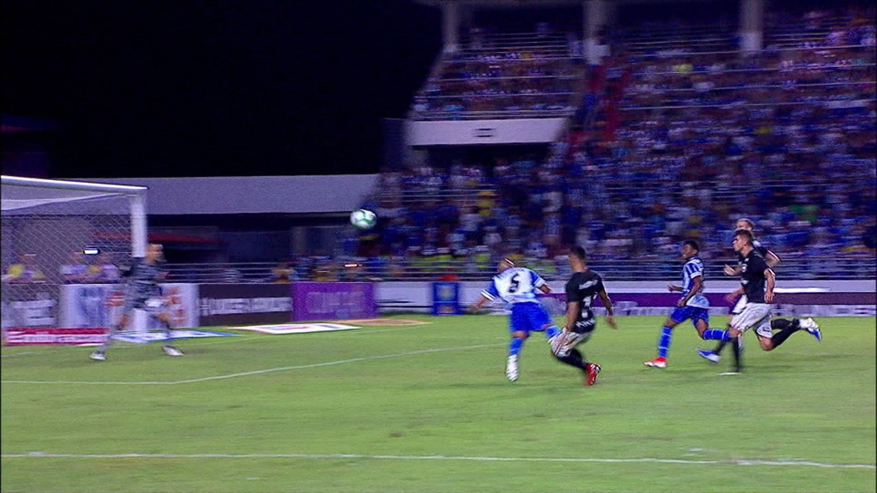 Gol do CSA! Carlinhos parece na área para marcar de cabeça um belo gol, aos 16' do 2ºT